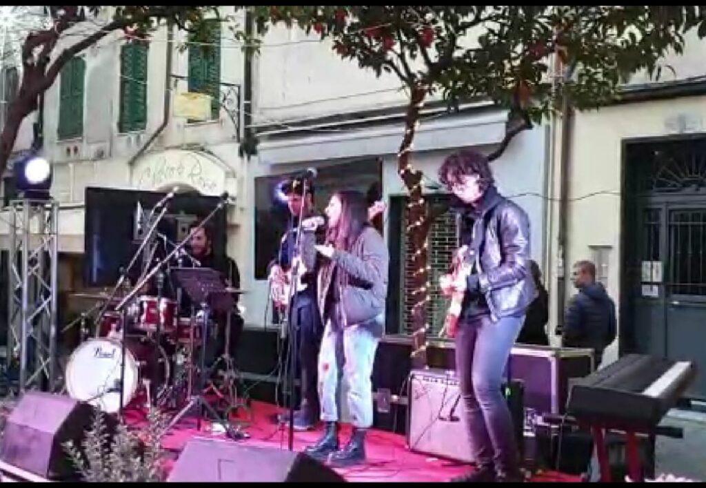 camilla Gammuto mentre si esibisce live su di uno dei tanti palchi allestiti per le strade della città di Sanremo